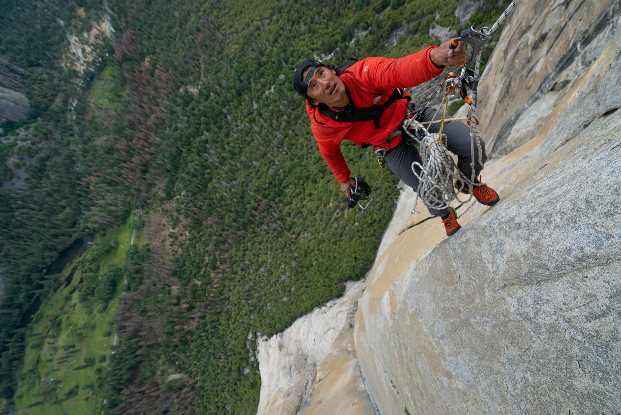 Jimmy Chin moving into position 2000ft up the wall to shoot the Enduro Corner on the upper part of Freerider. El Capitan. (National Geographic/Cheyne Lempe)